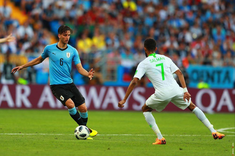 Сменивший Санчеса Наитан Нандес борется за мяч с Салманом Аль-Фараджем.