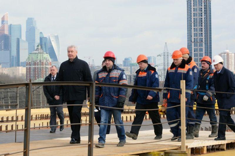 С 2011 года в Москве было построено 700 километров новых дорог, а их общая протяженность в городе выросла на 16%. На реконструированных дорогах были выделены полосы для общественного транспорта.