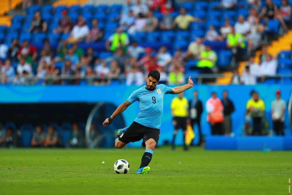 Форвард сборной Уругвая Луис Суарес бьёт по мячу.