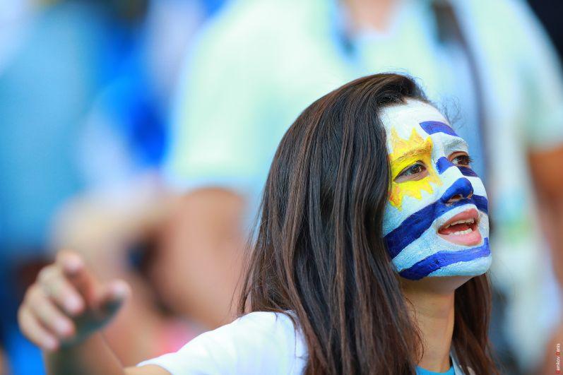 Болельщица с символикой команды Уругвая на лице.