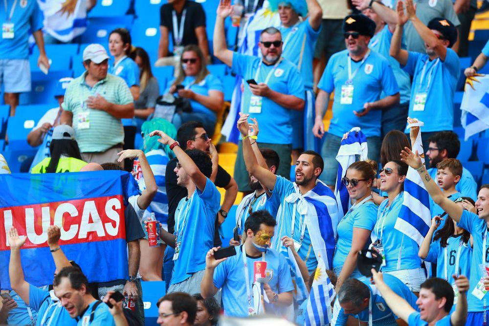 13 - Фанаты «Лучезарных» начинают праздновать победу сборной.