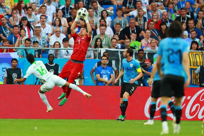 Вратарь сборной Уругвая Фернандо Муслера спасает команду.