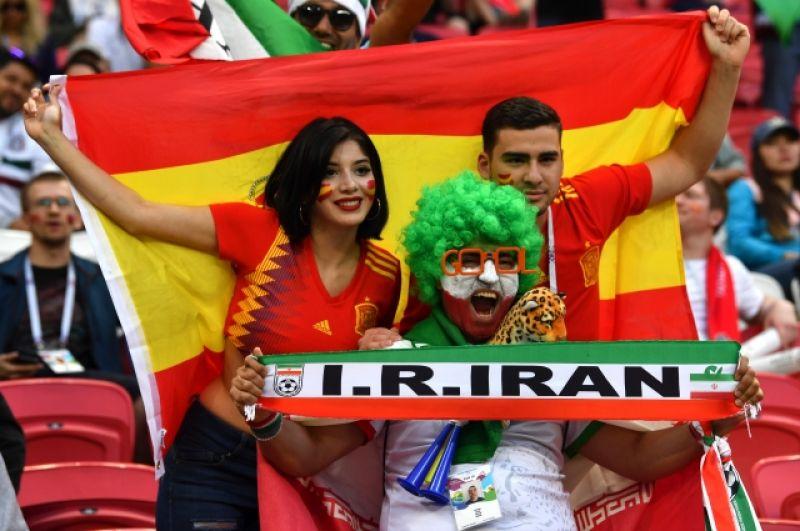 Болельщики сборных Ирана и Испании вместе на трибуне.