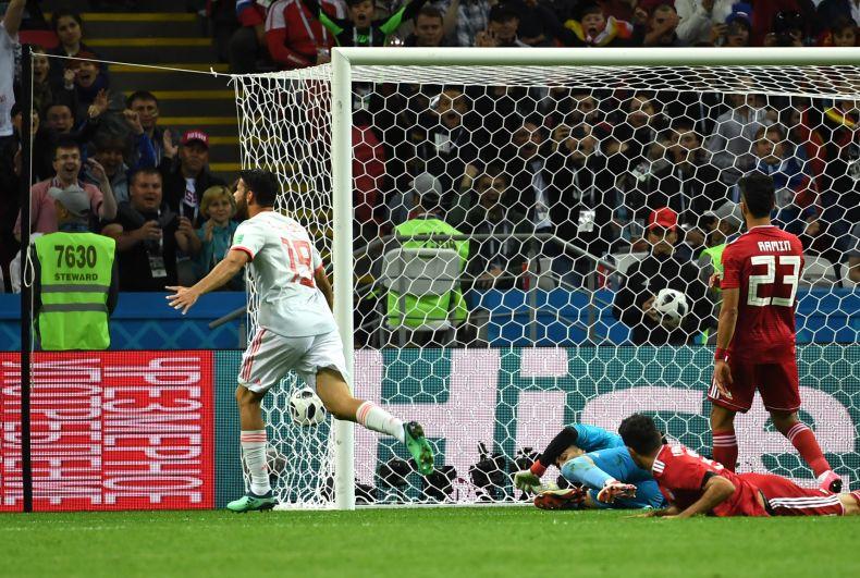 Диего Коста празднует гол. Косту и признали лучшим игроком матча.