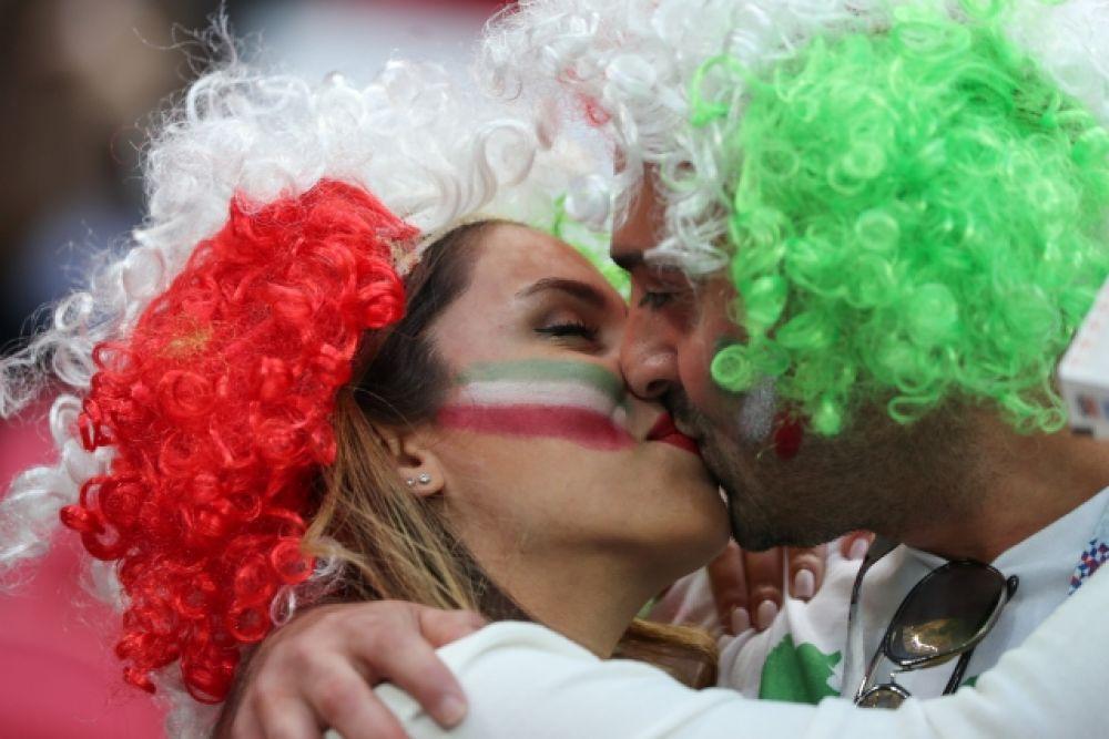Пока сборная Ирана на поле пыталась играть в осторожный футбол, болельщики команды не скрывали эмоций.