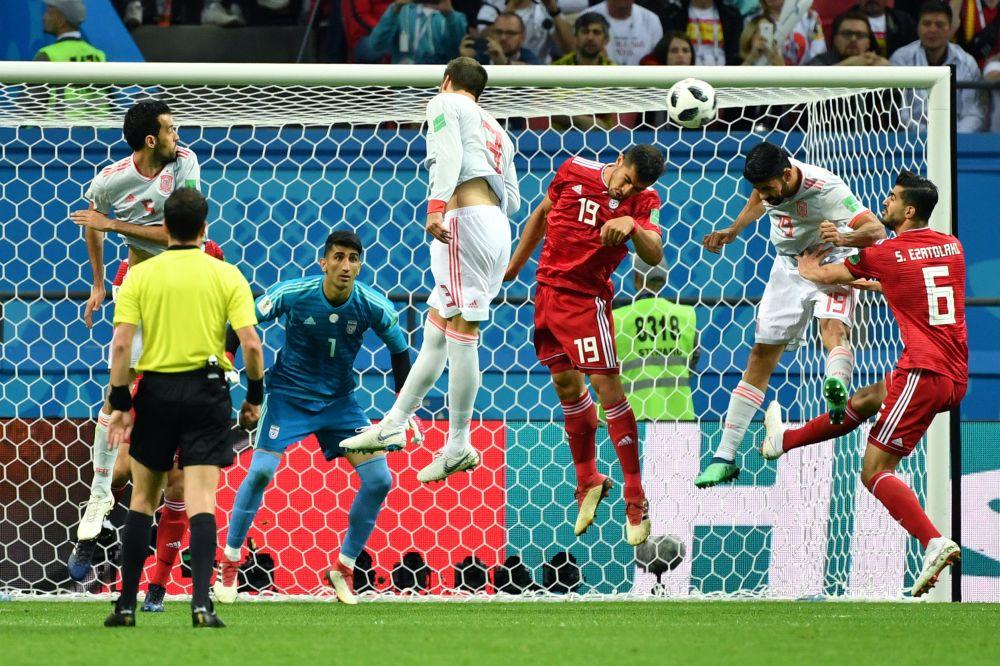 Маджид Хосейны (третий справа) против Диего Коста (второй справа).