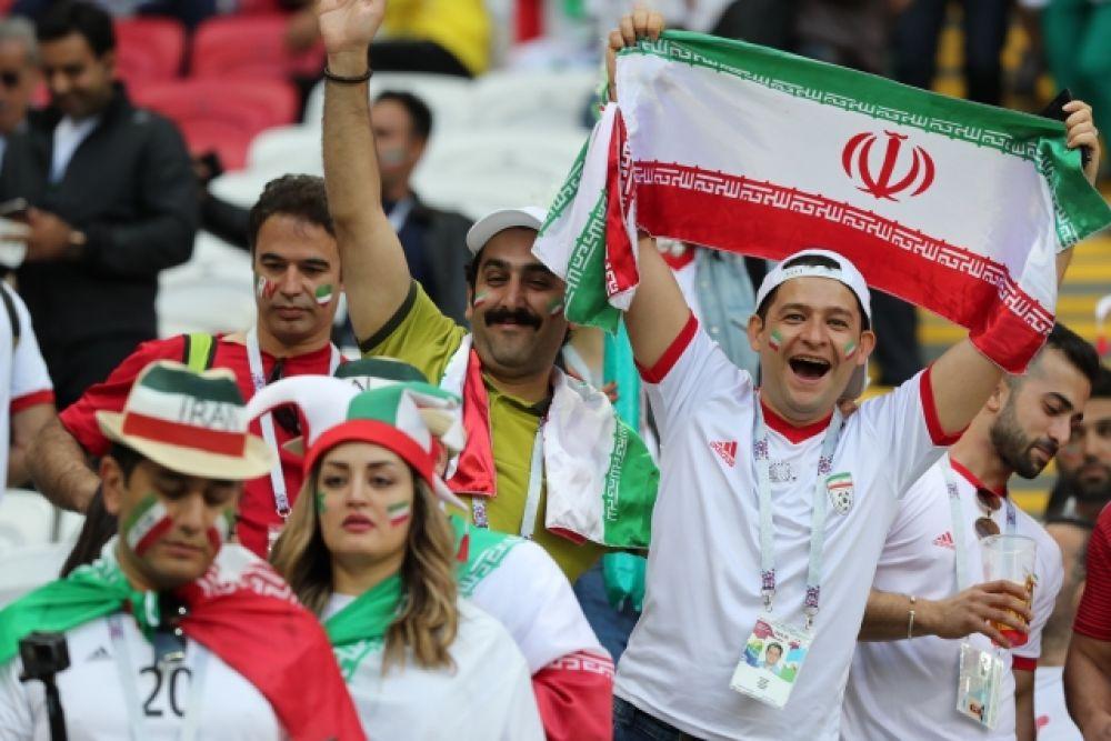 Неунывающие болельщики с национальным флагом.