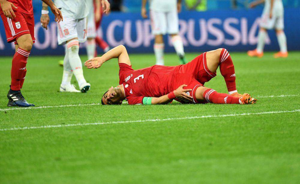 В первом тайме игра не была особенно зрелищной. Игроки сборной Ирана часто картинно падали, иногда это выглядело так, как будто они тянули время.