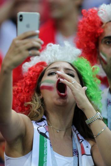 Поражение своей сборной - не повод отказаться от селфи на стадионе.