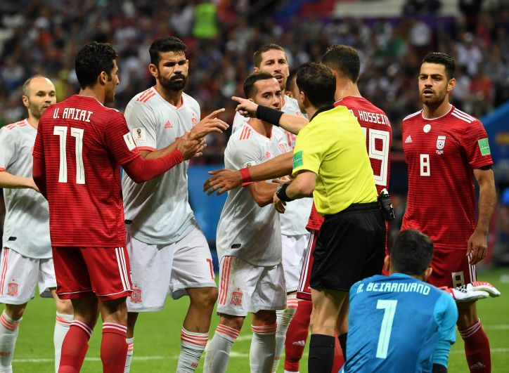 Диего Коста спорит с судьей во время матча. К слову, испанцы в этом матче не заработали ни одного «горчичника».