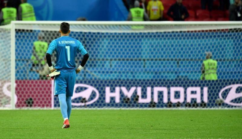 Огорченный голкипер сборной Ирана Алиреза Бейранванд после матча.