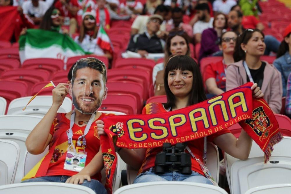 Болельщики сборной Испании с маской Серхио Рамоса.