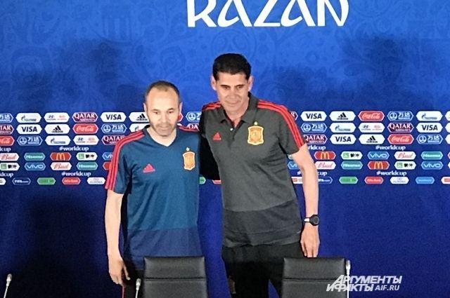 Фернандо Йерро (справа) с легендарным игроком сборной Испании Андресом Иньеста.