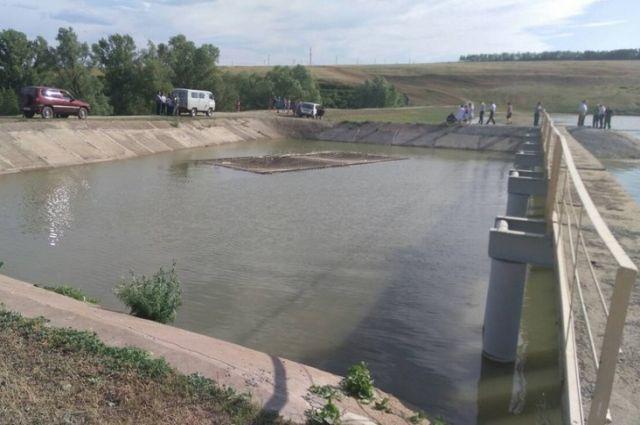 СК: подробности гибели в пруду двоих детей в Переволоцком районе.