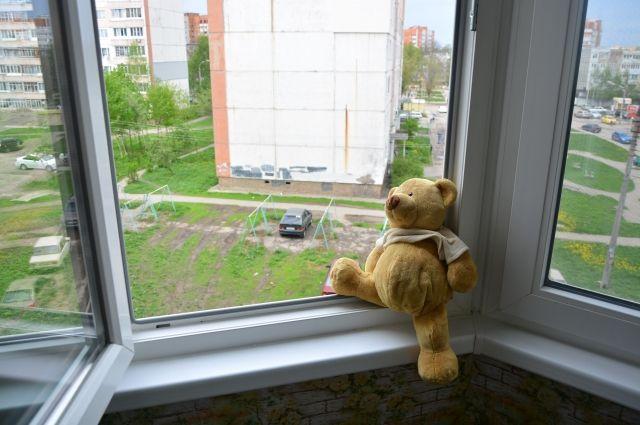 Москитная сетка легко рвётся или выпадает из окна, и малыш летит вниз.