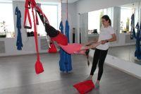 Йога в гамаках подходит даже детям - заниматься ей не только полезно, но и весело.
