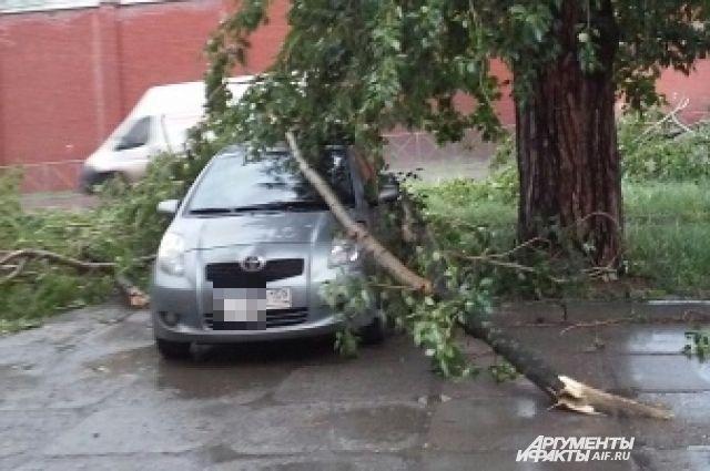 В Перми пострадали десятки машин.