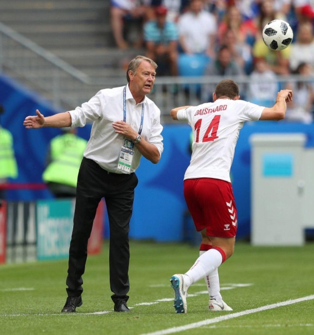 Главный тренер сборной Дании Оге Харейде дает наставления защитнику Хенрику Дальсгору.