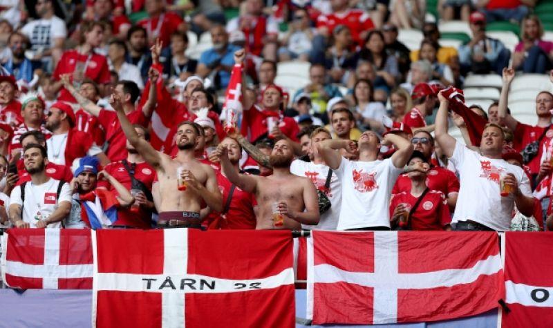 Трибуна фанатов сборной Дании.