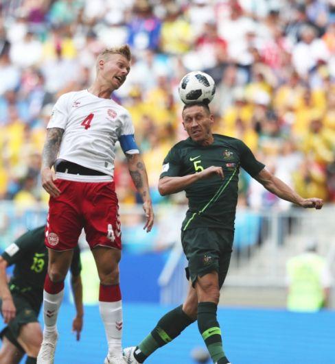 Плотная борьба за мяч, в том числе и в воздухе, завязалась с первых минут.