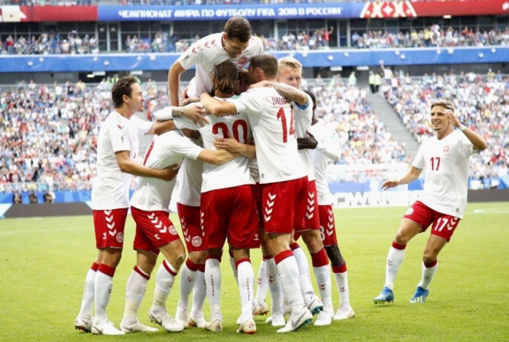 Объятия сборной Дании после гола.