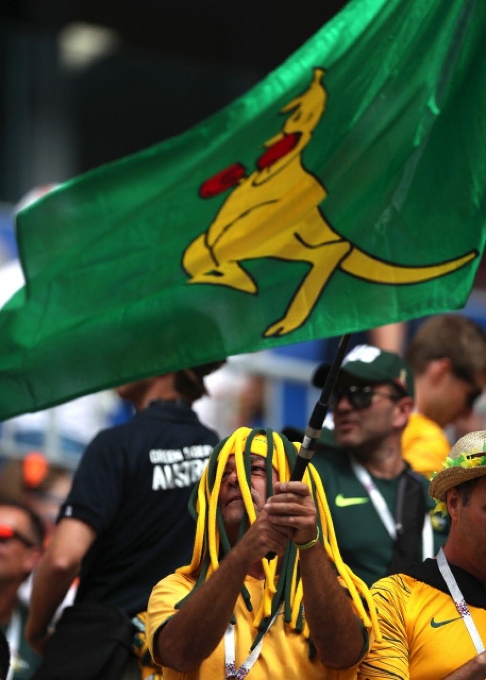 Болельщик из Австралии с флагом, на котором изображен кенгуру.