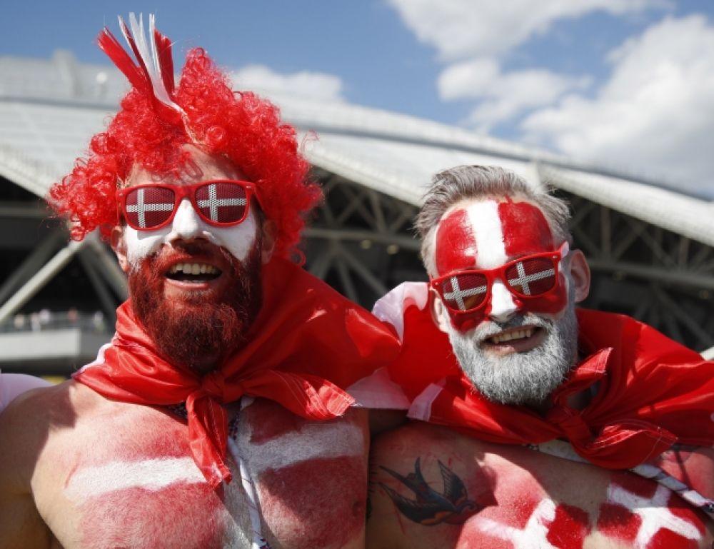 А у датчан - и парики, и раскрас лица в цвет флага, и такие же очки.