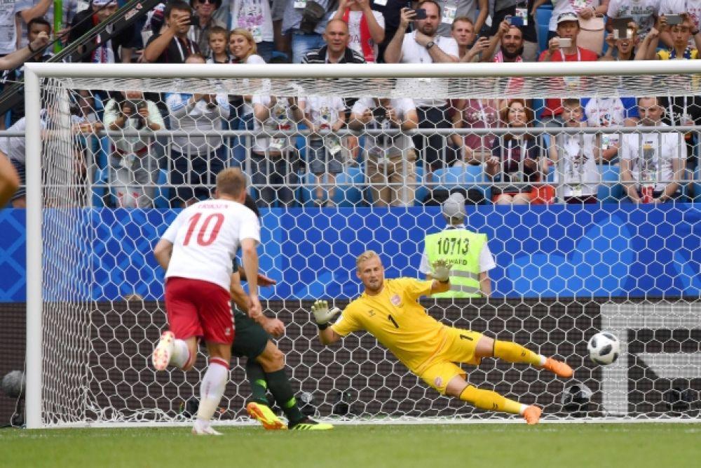 Реализовав именно этот пенальти, Австралия сравнивает счёт в матче: гол на 38-й минуте забивает капитан Майл Йединак.