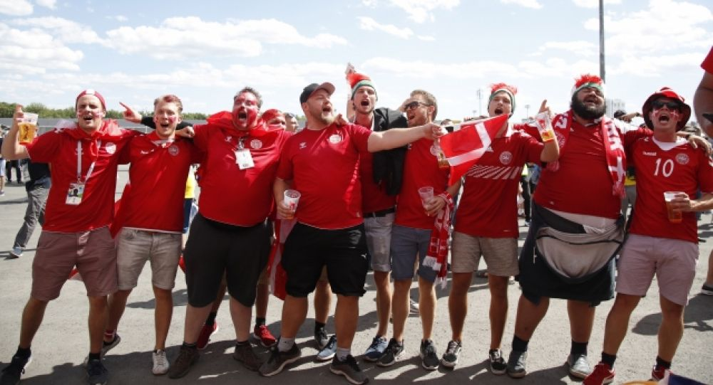 Группа болельщиков сборной Дании.