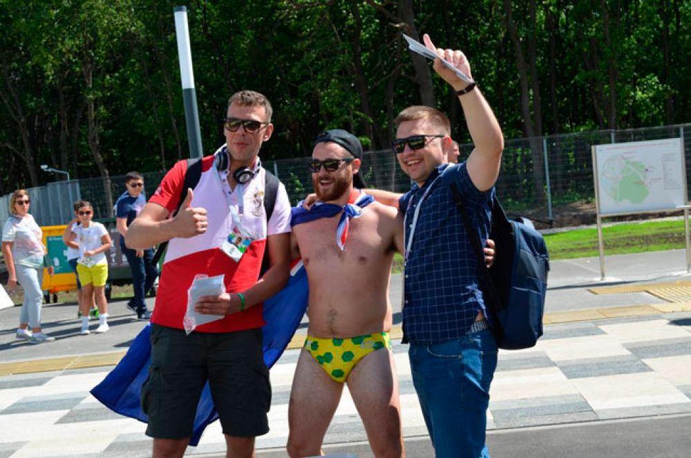 Австралийские фанаты делали памятные фото в нижнем белье.