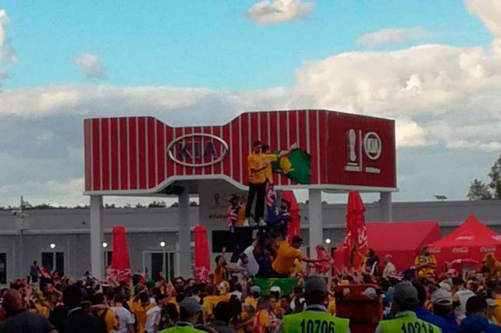 Фанат австралийской сборной залез на металлическую конструкцию около входа на стадион.