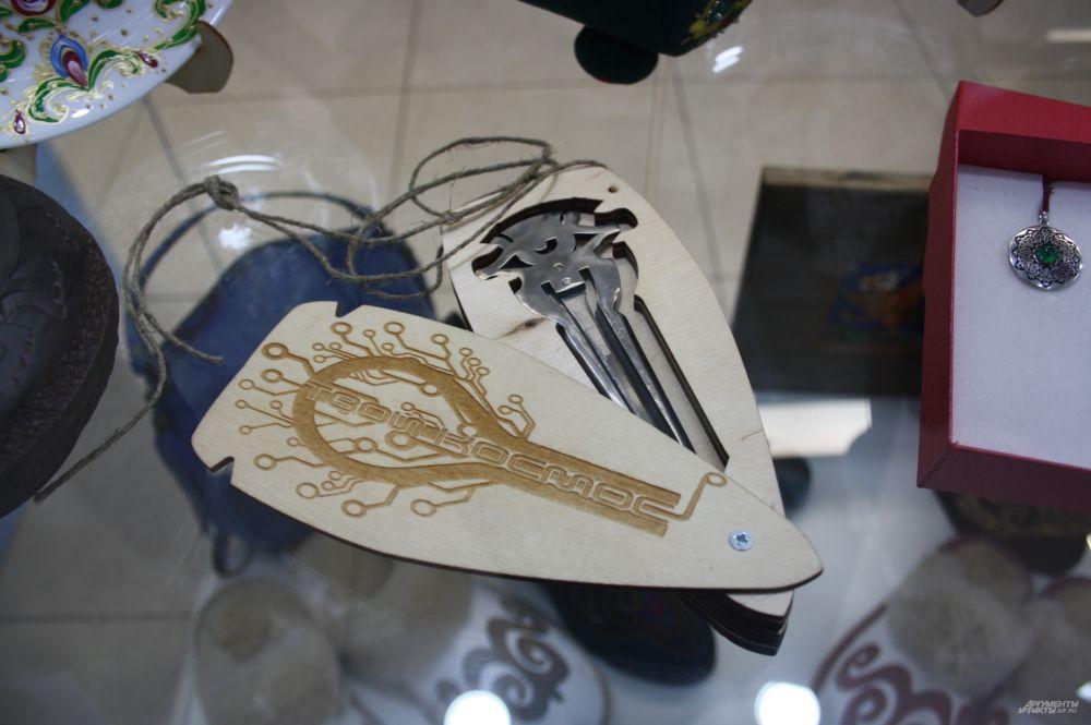 Старинный национальный музыкальный инструмент кубыз, характерный для народов Азии. На территории Татарстана он был особенно популярен в Болгаре. Играют на нём как на щепочке, получается глубокий низкий звук. Любой человек может на нём что-то сыграть. Стоимость – около 1000 рублей. На ул. Кремлевской продают за 2000 руб.