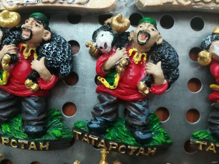 Магниты на холодильники, изображающие татарина, выигравшего барана на Сабантуе.