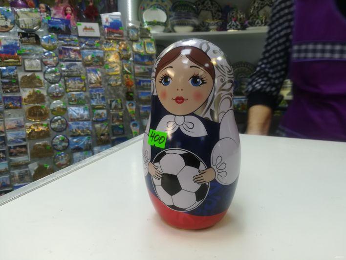 Матрешка с футбольным мячом в руках.