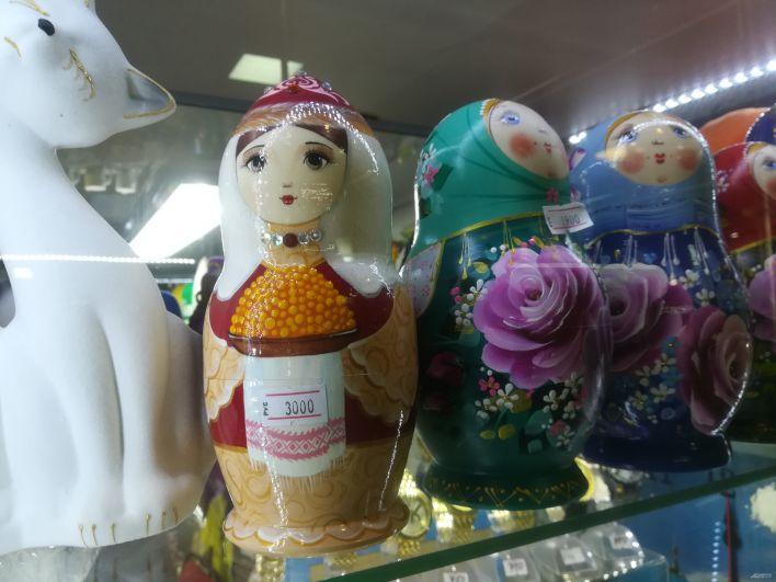 Матрешка, расписанная в национальном татарском стиле. В руках у нее - чак-чак.