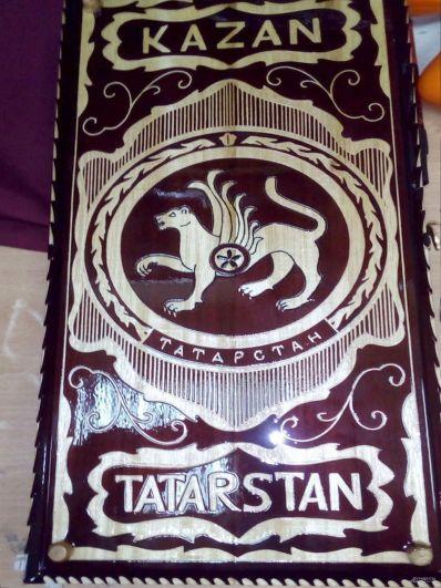 В оформлении использован герб Татарстана, название республики, нарды украшены татарским национальным орнаментом.
