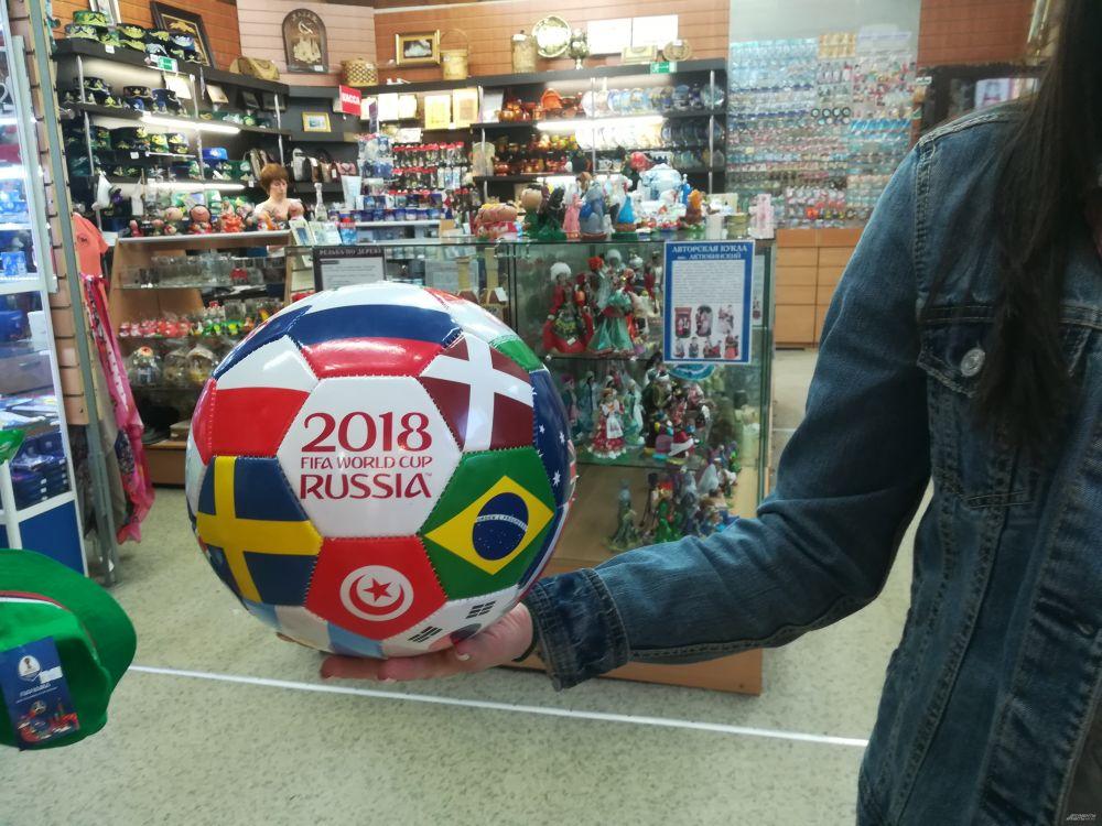 Футбольный мяч с флагами стран мира.