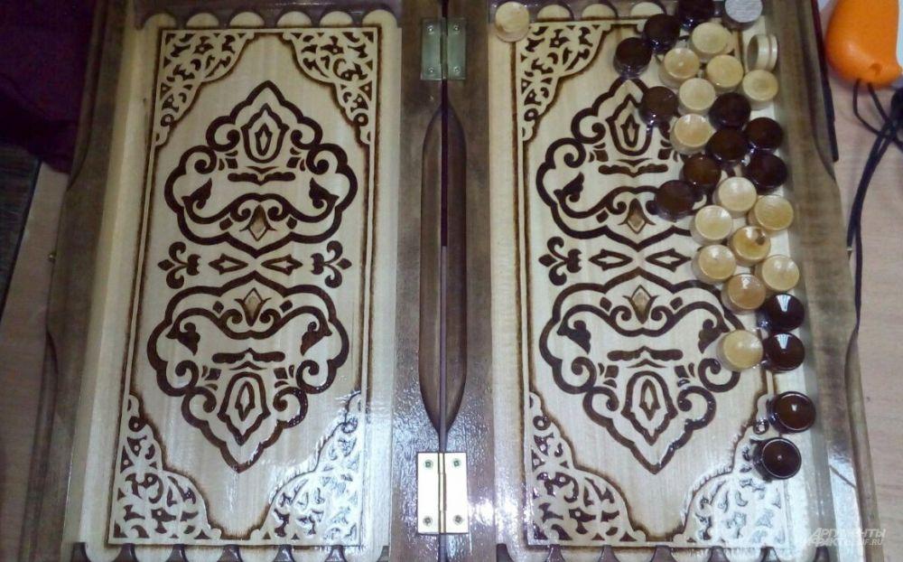Нарды с символикой Татарстана, сделанные руками заключенных.