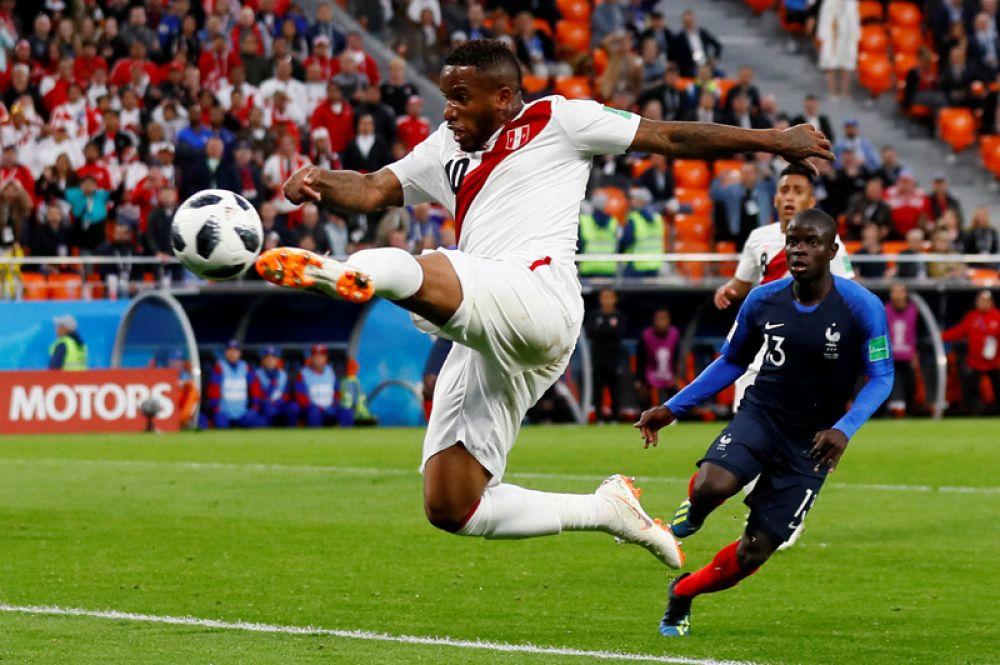 Перуанский футболист Джефферсон Фарфан забивает гол в ворота Франции, Екатеринбург.