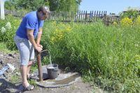 В Крапивинском при работающем поселковом водопроводе жители вынуждены ходить на колонку за питьевой водой.