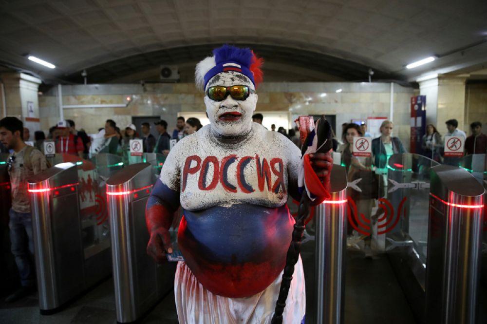 Зомо, поклонник сборной России из Камеруна, в московском метро.
