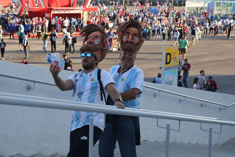 Аргентинские болельщики поднимаются на трибуны стадиона.