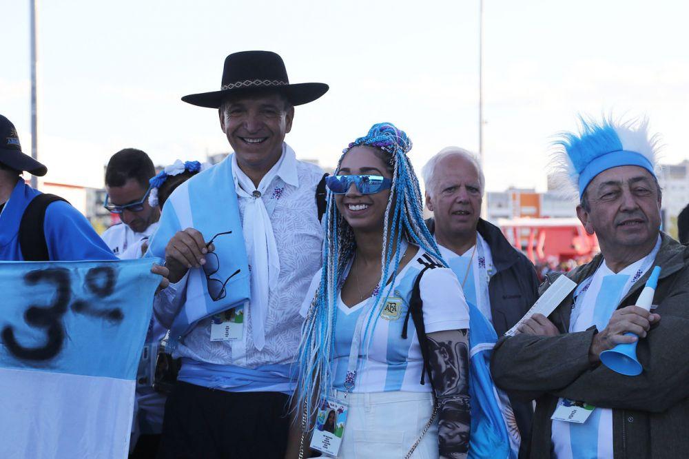 Веселые аргентинские болельщики перед матчем