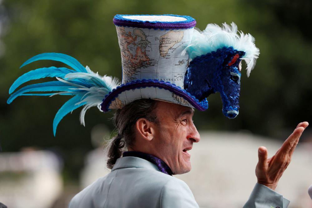 Посетитель скачек Royal Ascot в Великобритании.