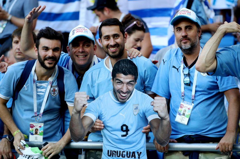 Уругвайские болельщики с картонной фигурой Луиса Суареса перед матчем с Саудовской Аравией в Ростове-на-Дону.