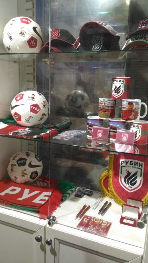 Мячи и кепки с символикой казанского футбольного клуба «Рубин»