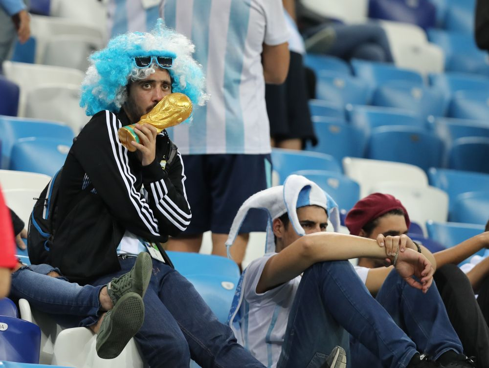 Болельщики сборной аргентины с волнением наблюдают за игрой