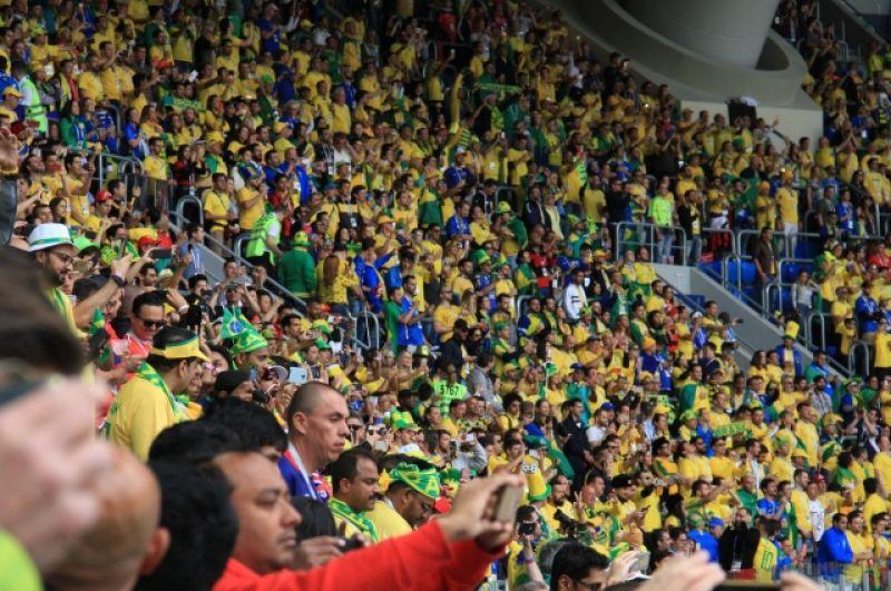 Тысячи бразильских болельщиков пришли на стадион.