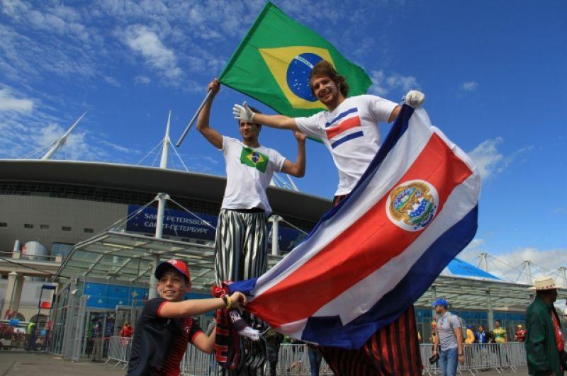 Болельщики начали поддерживать свои команды уже перед стадионом.