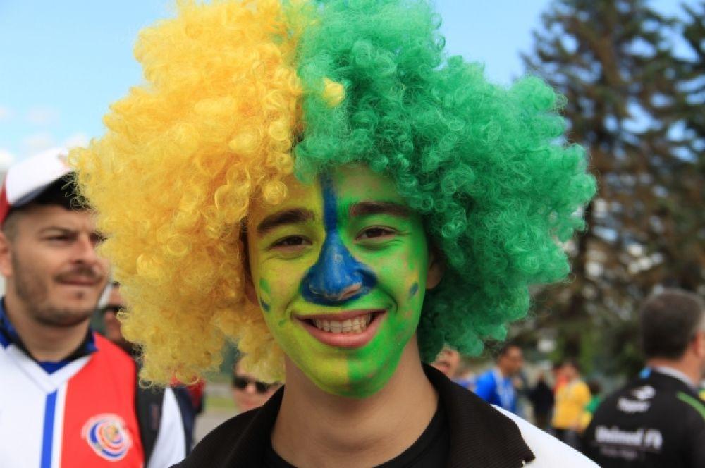 Многие болельщики раскрасили лица в цвета своего флага.